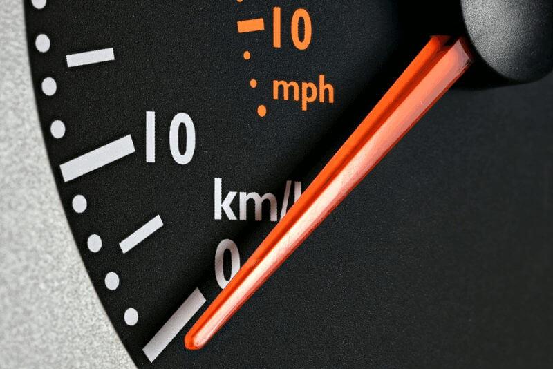Hosting - Lentitud - Servidor lento - Imagen ilustrativa con un cuentakilómetros
